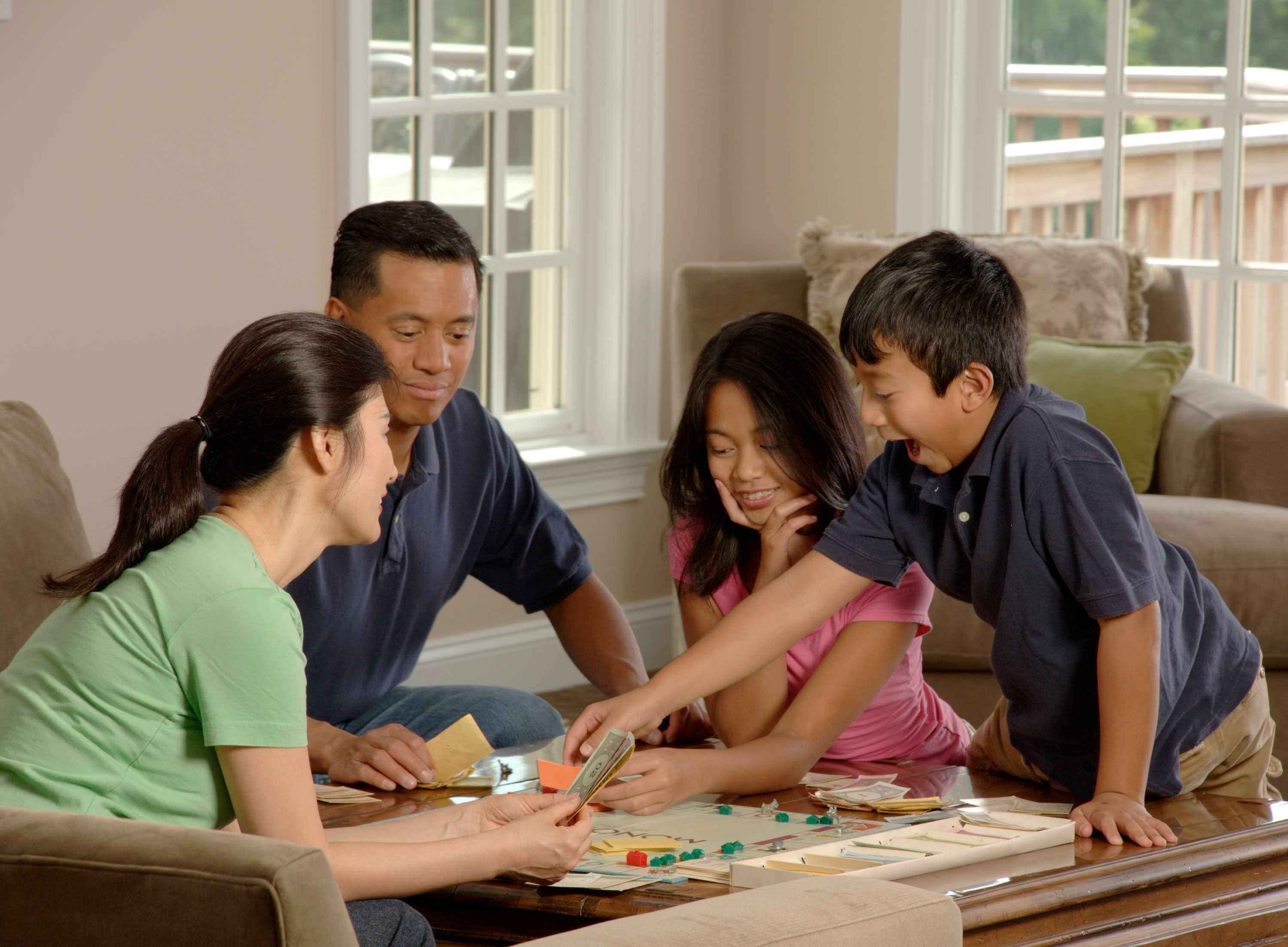 Family_playing_a_board_game_3.jpg